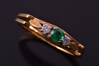 Yellow Gold 1980's Vintage Ring With An Emerald And Diamonds