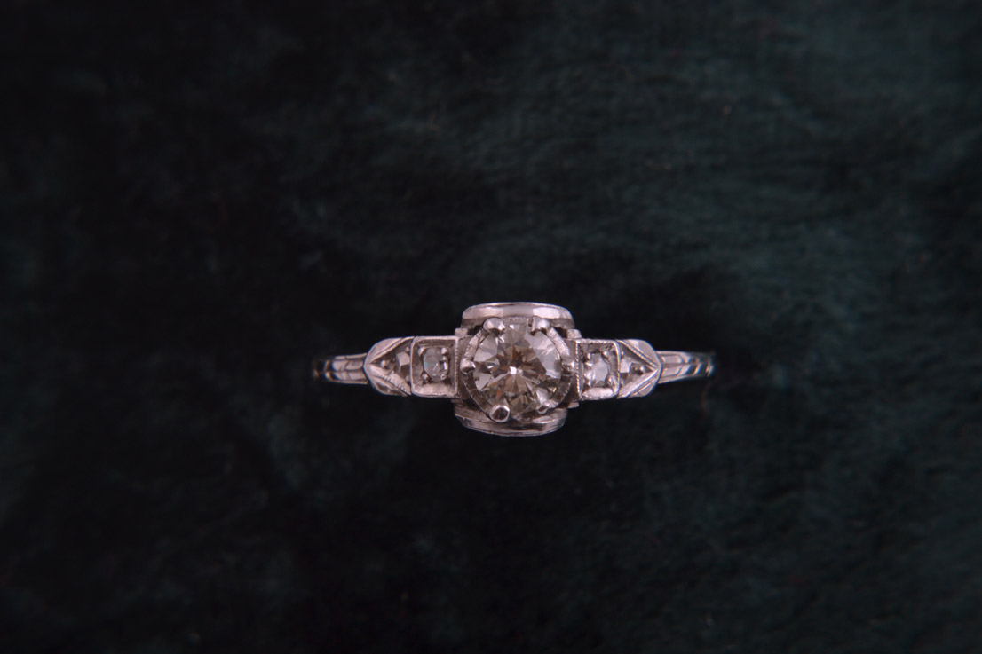 18ct White Gold 1940's Art Deco Vintage Ring With Diamonds