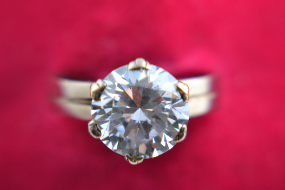 9ct Gold 1980 S Solitaire Ring With A Look Alike Diamond