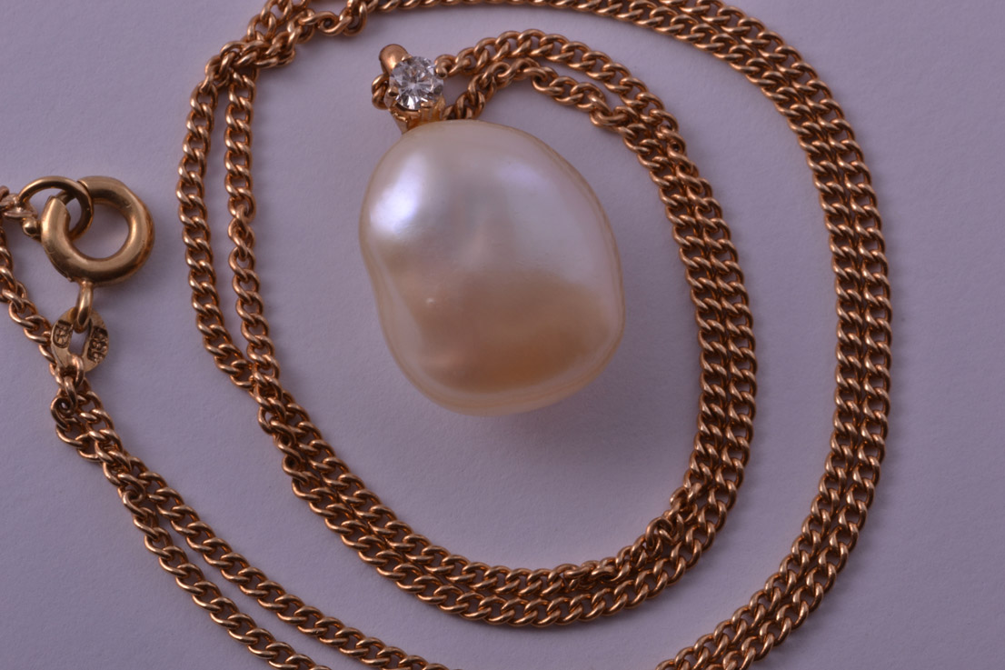 18ct Yellow Gold Vintage Pendant With A Pearl And Diamond