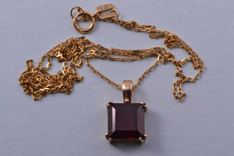 9ct Gold Modern Pendant Set With A Garnet